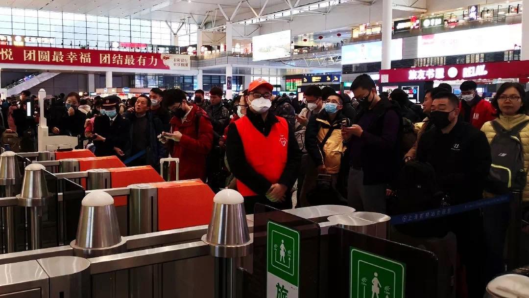 除夕夜,铁路上海站客流回落