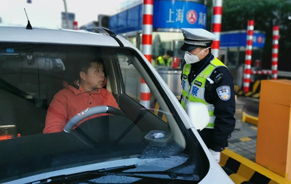 申城高速公路和道口检查站警力除夕全员上岗 社会大局平稳、治安秩序良好