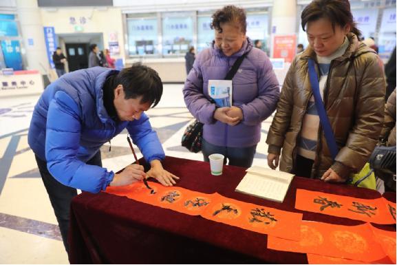 """市五院工会和团委联合举办了""""迎新春 写春联 送祝福""""活动"""