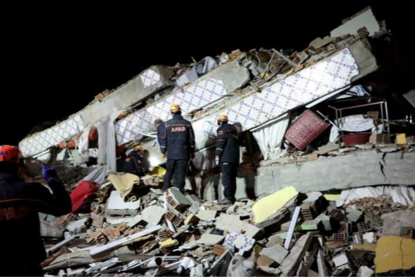 土耳其救援队正在现场搜救。(图源:俄罗斯卫星通讯社)