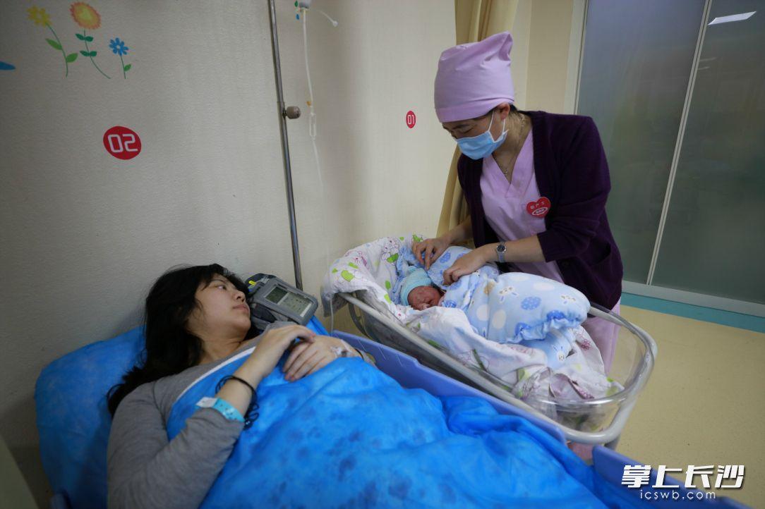 """""""鼠宝宝""""来了!医护人员说母子平安是新年最好的礼物"""