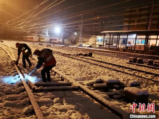 """除夕夜""""迎战""""大雪 贵州铁路多举措抗凝保畅通"""