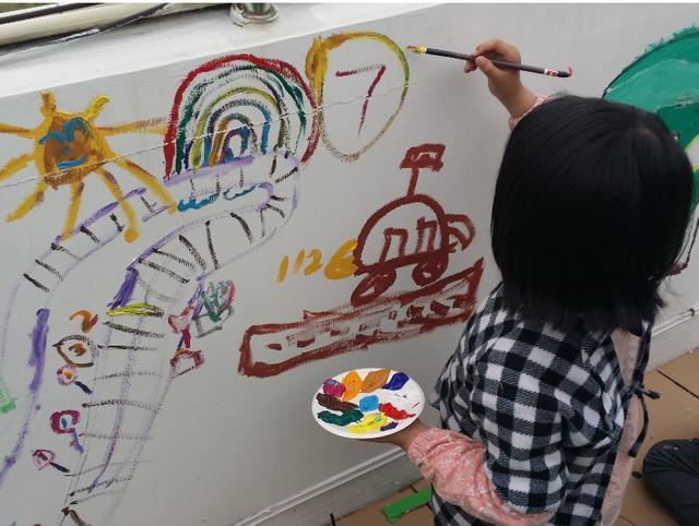"""豪车遭孩子涂鸦,车主却面带微笑旁观,网友:最高级的""""炫富"""""""
