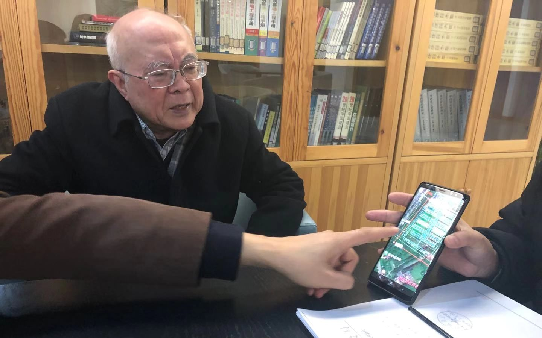 黄锡璆和同事们在讨论火神山医院布局图。 新京报记者 韩沁珂 摄