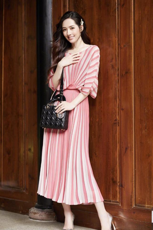 郭碧婷真会穿!卷发造型搭配黑色连衣裙成熟优雅,甜美温柔
