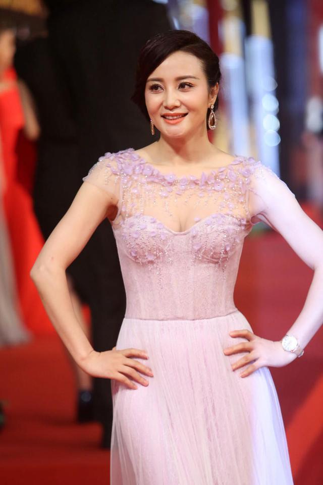 陶红50岁了还这么拼,穿粉紫色网纱连衣裙高调亮相,副乳都勒出了