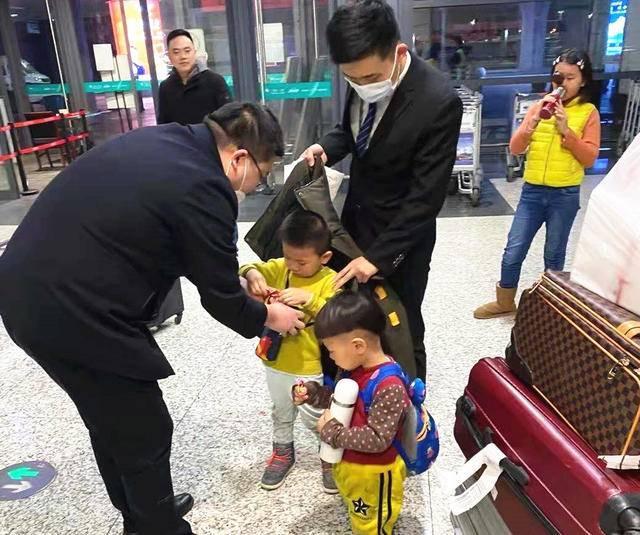 """行李被人错拿,3个孩子招呼不过来,还有下一段行程,外地女士扬泰机场感受了""""家""""的温暖"""