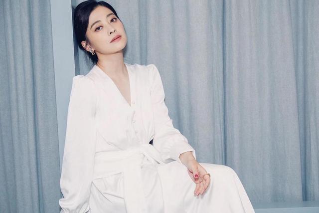 44岁梅婷真是不老女神,扎低马尾配白色西服套装真减龄,气质全开