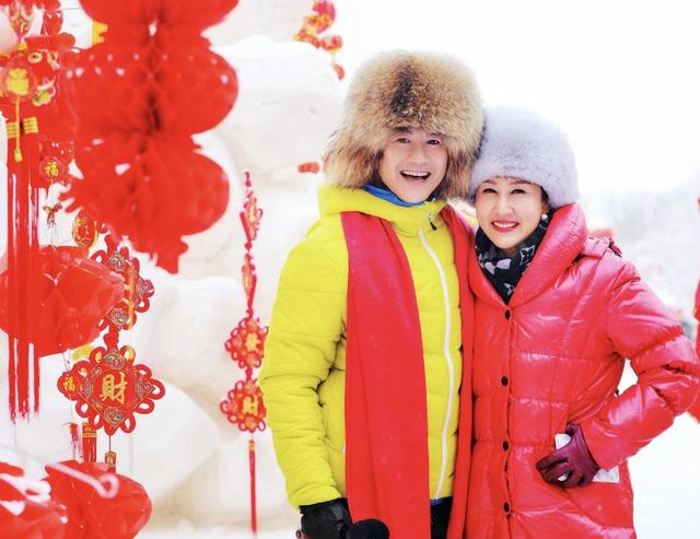 57岁张凯丽认真过冬,穿红色羽绒服配亮相,灰色茸毛帽洋气又减龄