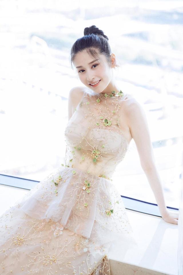 """31岁颖儿要不要这么""""火辣"""",扎丸子头配无袖连衣裙,身材真有料"""