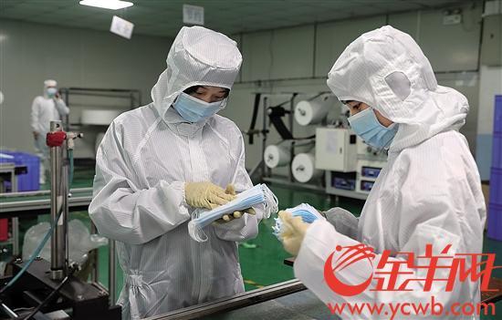 医用防护类企业正在加快复产,工人们加班加点赶制口罩 记者 唐波 摄