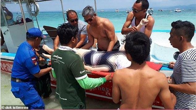 中国女在巴厘岛擅自翻护栏拍照坠崖溺亡,众人围观无人敢跳崖施救