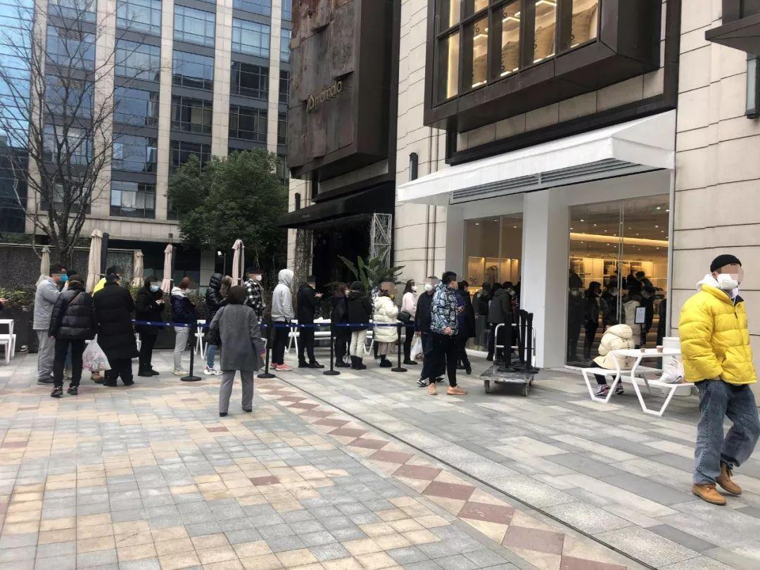 杭州新开网红咖啡店多人排队,执法部门为防止交叉感染劝停
