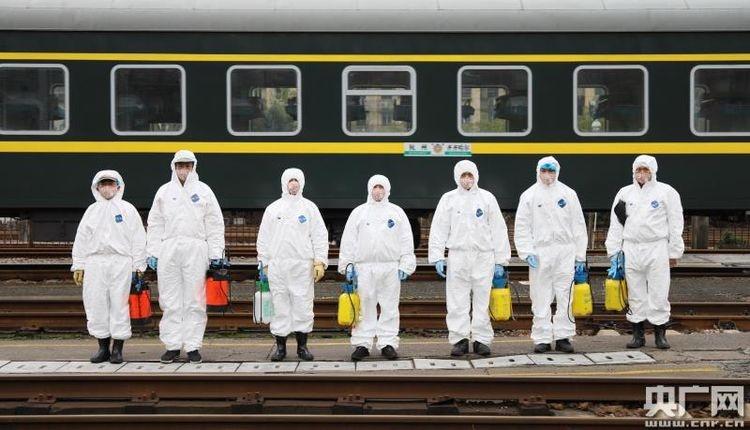 杭州客运段职工坚守岗位做好列车防控和旅客、职工健康防护