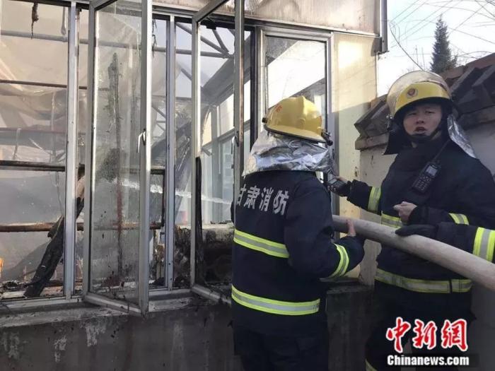 这是他当消防员后的第十二个春节,女儿陪他一起站岗