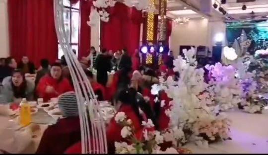 18桌婚宴只举行了仪式就劝散 镇党委书记鞠躬致歉