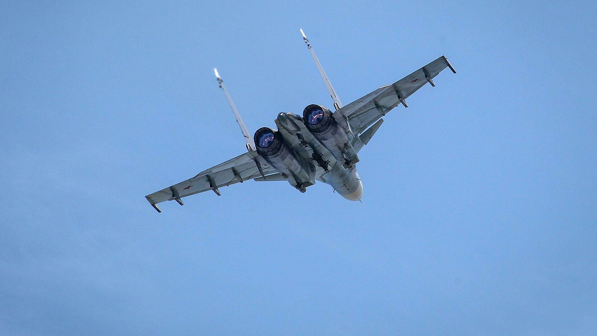 俄苏-30战机在黑海上空拦截美法军机