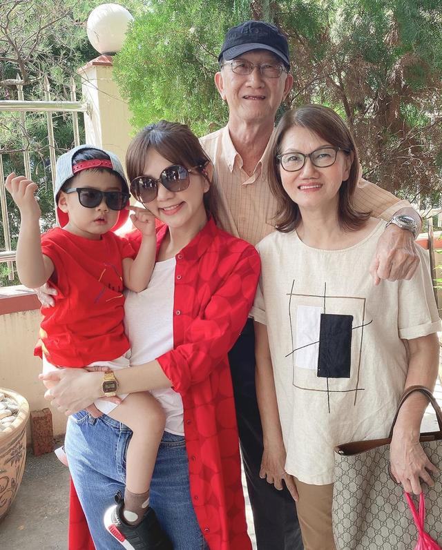 Ella回夫家过年,红衬衫配牛仔裤休闲时髦 怎么看都不像孩子妈