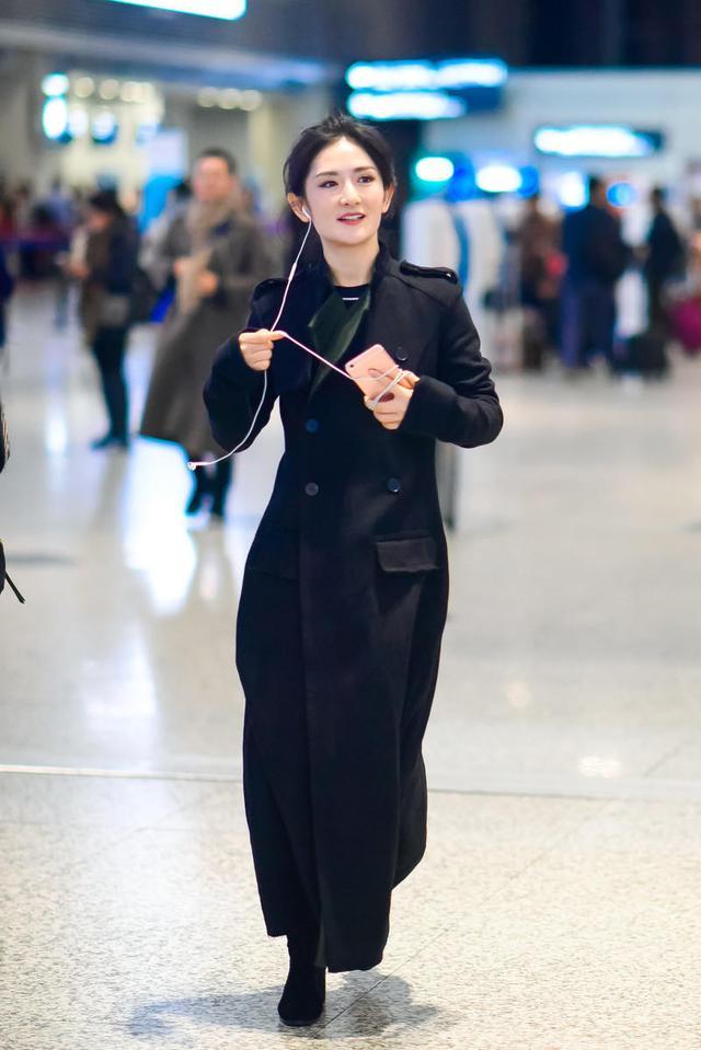 """著名主持人""""谢娜""""真会穿,扎丸子头搭配风衣走机场,帅气又拉风"""