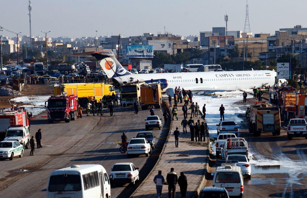 伊朗客机冲上街 150人安然逃生