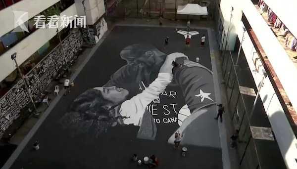 致敬!球迷在街头球场涂鸦 连夜绘制巨幅科比父女画像