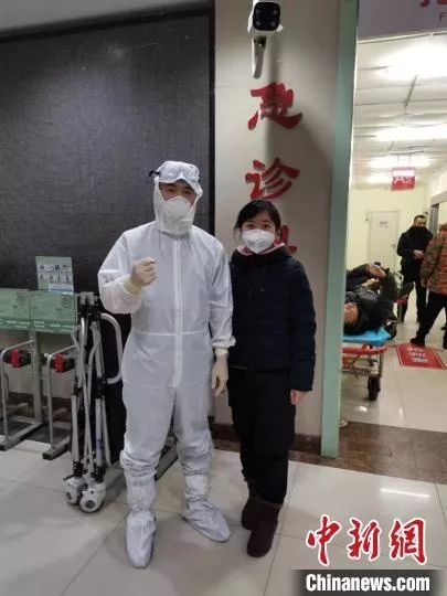 图为郑雪玉(右)和张晨 医大四院提供