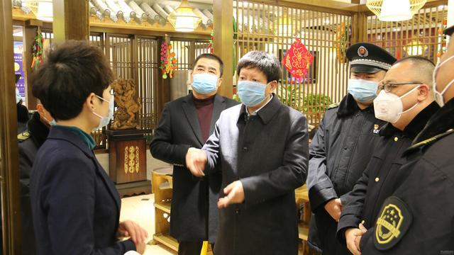 天水市市场监管局局长王宏玮夜查餐饮场所疫情防控情况