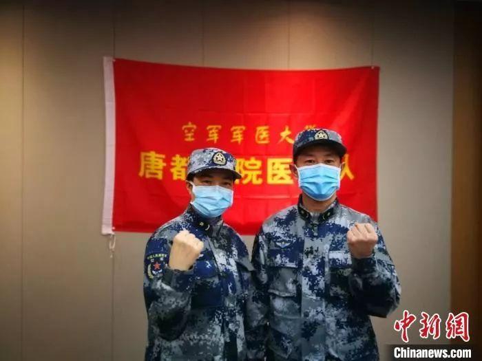 """军医伉俪同赴武汉战""""疫""""。 纪冰冰 摄"""