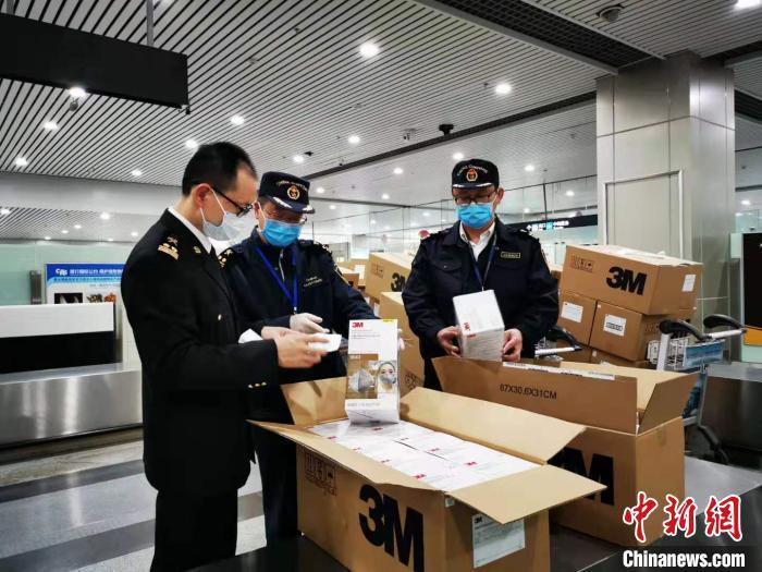 <strong>多批侨捐防疫医疗物资在福州入境</strong>