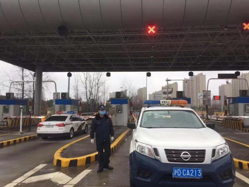 """在上海口罩厂""""打工""""的城管队员们"""