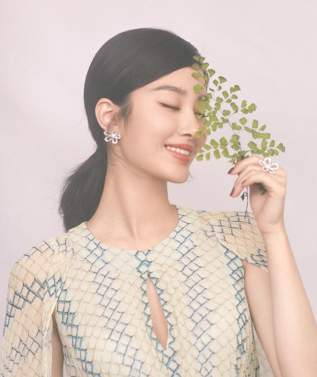 杨采钰跟富商恋爱后品味都提升了,穿斗篷式连衣裙亮相,气质美炸