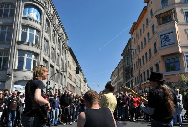 资料图:在德国柏林,人们观看一支乐队的现场表演。 (新华社)