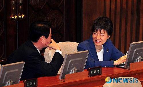 资料图:韩善教与朴槿惠(纽西斯通讯社)