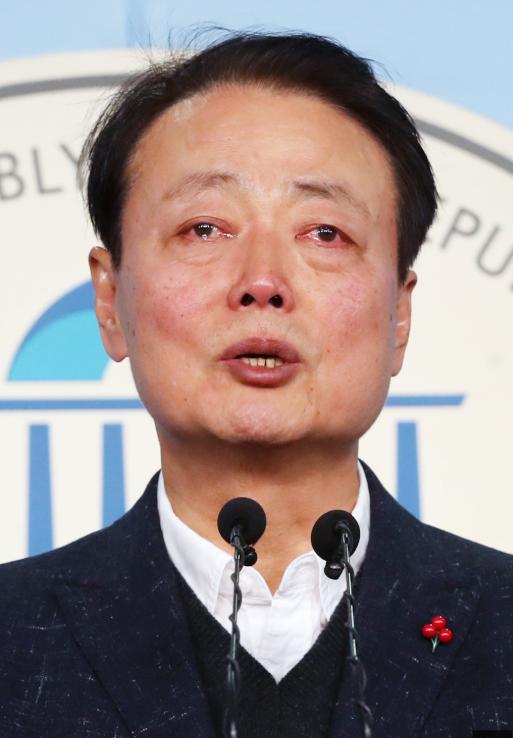 韩善教在记者会上哭得稀里哗啦(韩国《中央日报》)