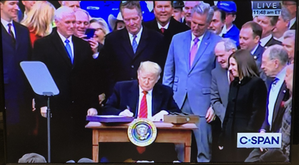 特朗普签署美墨加协定 该协定将取代北美自贸协定