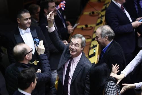 """1月29日,在比利時布魯塞爾,英國""""脫歐黨""""領袖、歐洲議會議員奈傑爾·法拉奇在英國""""脫歐""""協議投票結果公佈後慶祝。新華社"""