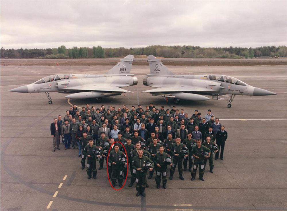 台空军种子教官在法国基地与法国教练合影,第二排左起第一位就是沈一鸣