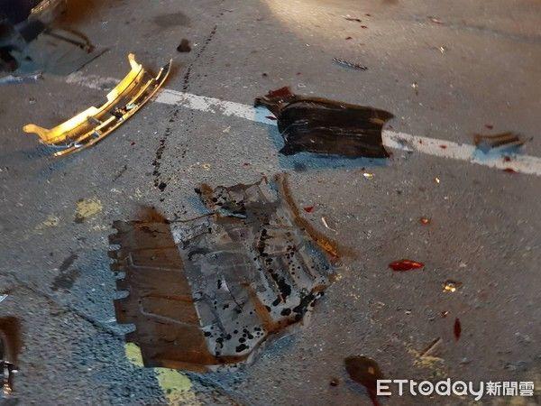 """事发明场散落的汽车零件。(图片泉源:台湾""""东森消息云"""")"""