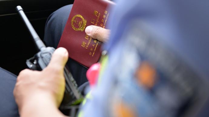 上海春季高考首日,又有考生忘带身份证,关键时刻民警伸援手图片