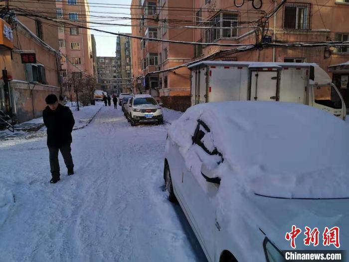 资料图:12月16日至17日,哈尔滨市普降大雪。 姜辉 摄