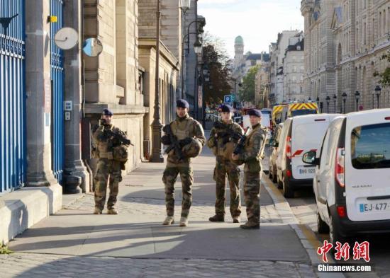 资料图:法国军人持枪巡逻。中新社记者 李洋 摄