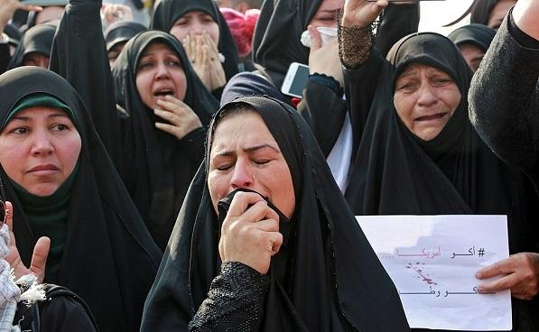伊朗民众身着黑衣涌上街头为苏莱马尼送行。(图源:《每日邮报》)