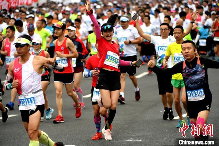2020厦门马拉松鸣枪开赛 埃塞俄比亚选手包揽男女冠军图片