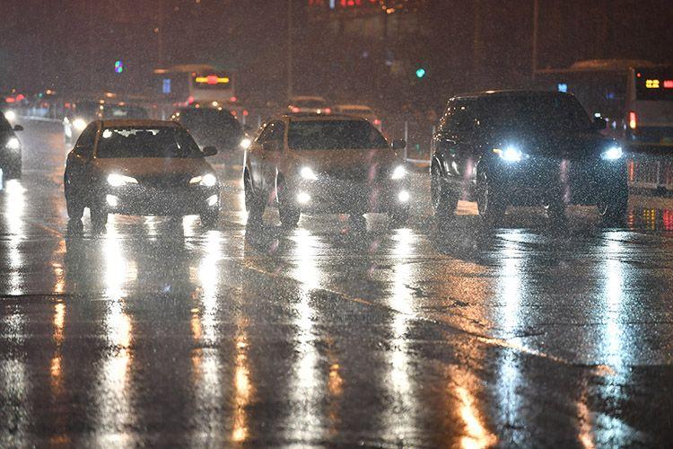 向阳北路,门路的雪已经被车辆碾化。