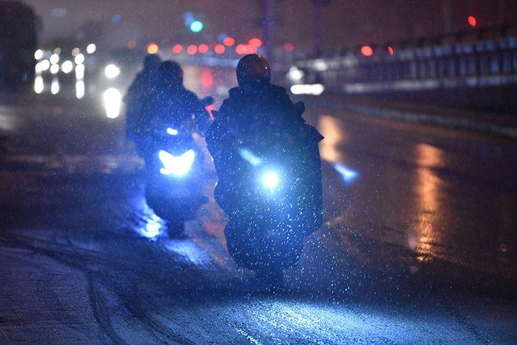 向阳北路,骑车人冒雪前行。
