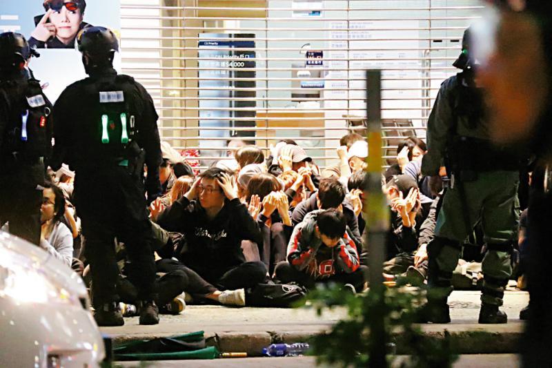 儿子参与暴力活动被捕 香港单亲妈妈痛斥乱港政客