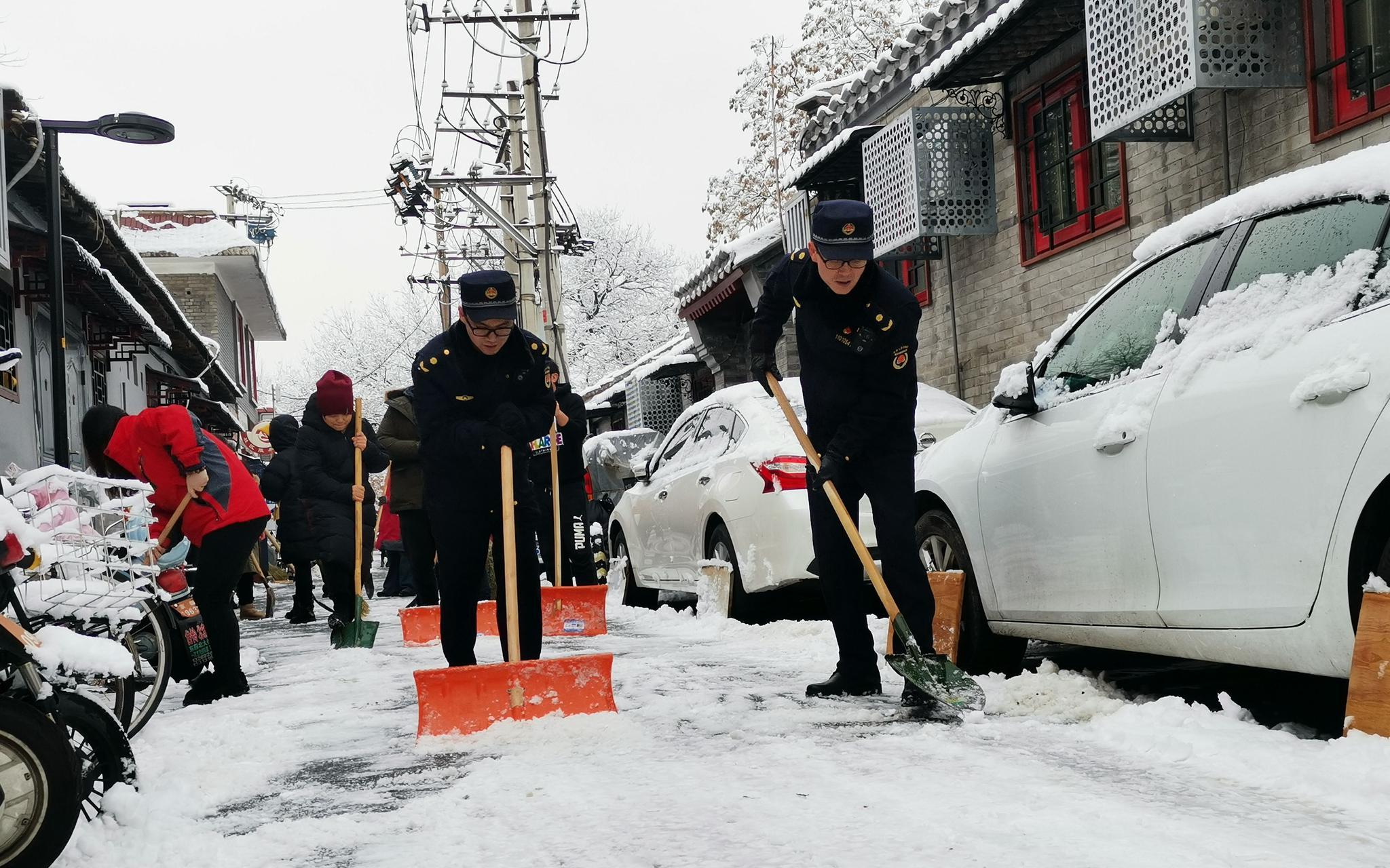 北京城管启动小雪蓝色预警 开展全市扫雪铲冰执法检查