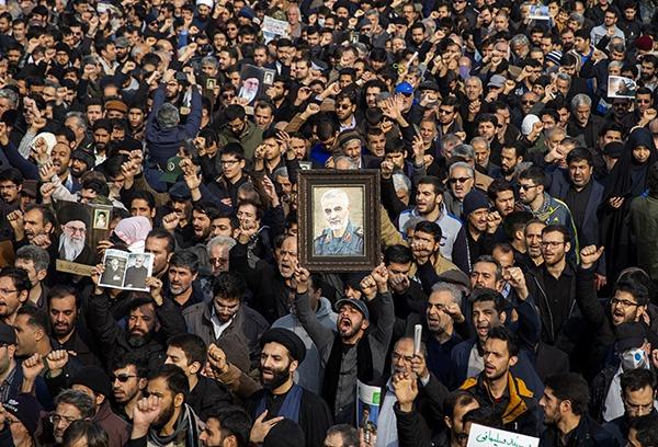 """1月3日,在伊朗德黑兰,人们参加游行抗议伊朗伊斯兰革命卫队下属""""圣城旅""""指挥官卡西姆·苏莱马尼被炸身亡。新华社 图"""