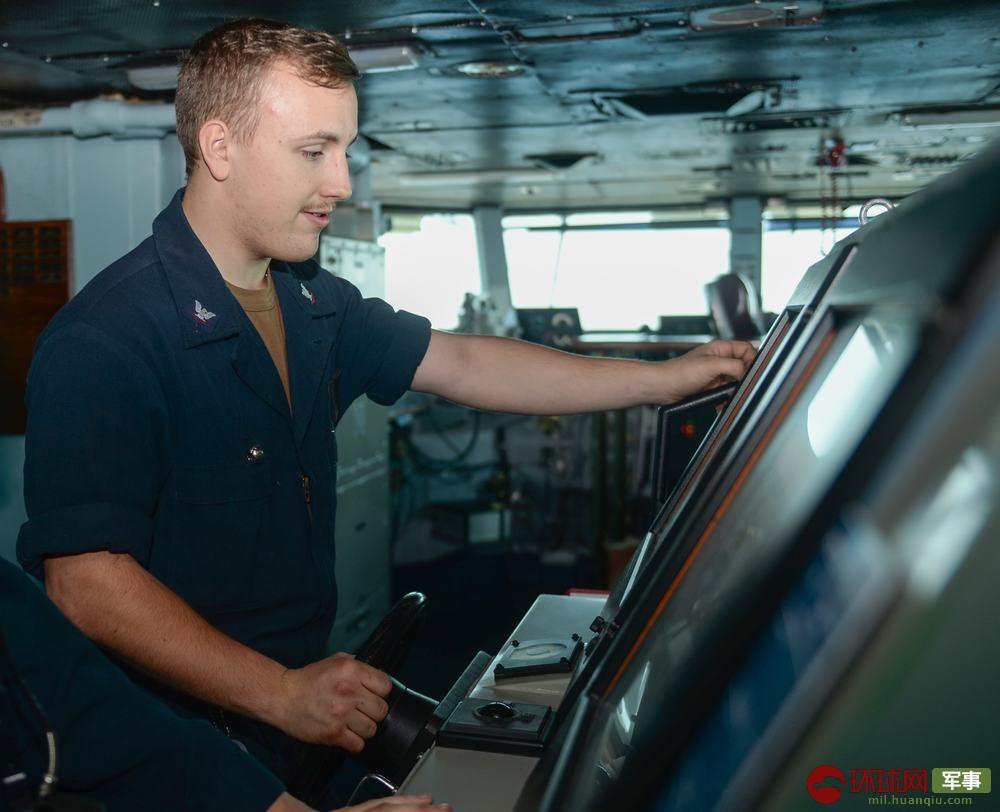 在阿拉伯海航行期间,杜鲁门号舵手操控航母。