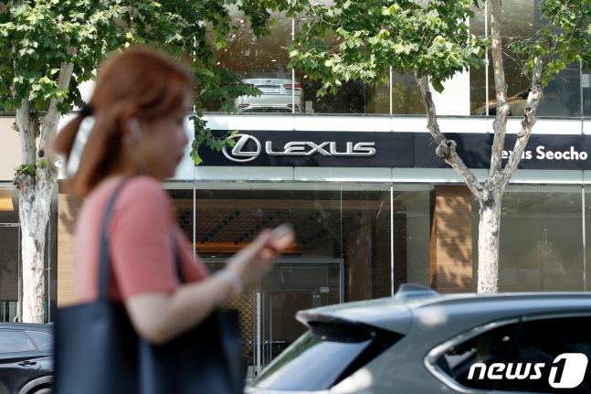 韩国一名女子从日系车店经销店前走过(news 1)